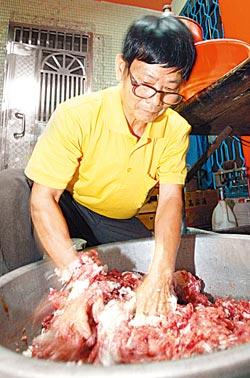 ▲巨家香腸的豬肉、高粱、紅麴的比例是多年摸索出來的黃金比例,在調製時濃郁的高粱香氣令人陶醉。攝影  黃國書