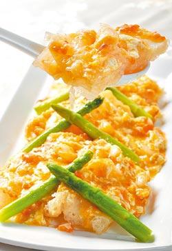 ▲蟹黃扒魚肚,這是乾隆第四次下江南前所設「起駕宴」的名菜,軟脆的魚肚配上煨燒入味的蟹黃,色香味俱全。攝影  王英豪