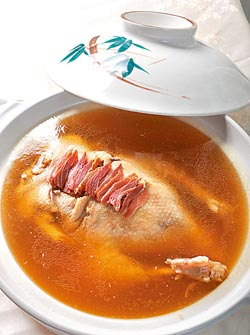 ▲清燉肥鴨,以大火蒸約2小時,鴨形完整但肉質酥軟,湯色清而味醇厚,是慈禧最愛的佳餚。攝影  王英豪