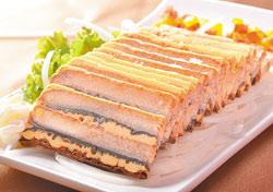 法式起司鰻/280元▲乍看像是切成薄片的千層蛋糕,吃起來則像冰涼的雪糕,表現手法令人驚奇。攝影 王英豪