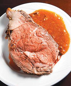 ▲燒烤牛排選用美國華盛頓州特選穀物飼養的黑牛肋眼,軟嫩多汁又香甜。攝影  方濬哲
