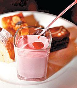 ▲草莓慕斯附上帶有醬汁的小滴管,可以自己DIY,好吃又好玩。攝影  方濬哲