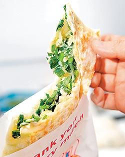 ▲韭菜盒/25元/王勝利透露,韭菜餡帶湯的秘訣是拌進生雞蛋。攝影  高政全