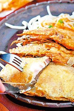 熊野魚排大蝦/380元▲深海龍鱈排以蛋麵液煎出香氣,同樣香煎的海大蝦,是受歡迎的海味。攝影  鄭夙玲