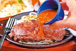 熊野牛排/168元▲6盎斯紐西蘭沙朗牛排,真空按摩後以義式香料醃漬入味,即使全熟肉質亦不老。攝影  鄭夙玲