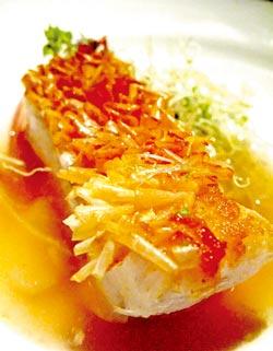 鯛魚喜「鱗」門▲精湛的料理手法,刻意保留鯛魚鱗,炸後翻捲有如花瓣,口感香酥獨特。攝影  王瑞瑤