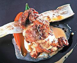 420元+10% 西班牙風味燒烤放山雞 ▲來自桃園的放山雞腿,以義大利綜合香料醃一天,肉質細緻有彈性,淋上自製雞心辣油,香豔刺激。攝影  鄧博仁