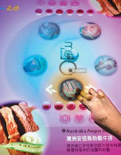 ▲具有科技感,炫麗又好玩的點餐系統,讓點餐變得有趣。攝影  鄧博仁
