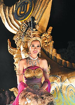 ▲旅遊》水燈節有水燈小姐選美,透過花車遊行可以看到泰國形形色色的美女。攝影  黃麗如