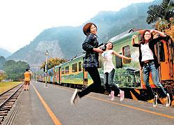 ▲旅遊》明年3月後,集集線彩繪小火車將停駛1年,許多遊客到此擺出各種姿勢和火車拍照合留念。攝影  陳信翰
