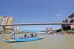 ▲碧潭吊橋下,現在有兩艘古典畫舫供遊客搭乘。攝影  黃國書