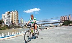 ▲騎單車遊碧潭,可以玩得好開心。攝影  黃國書