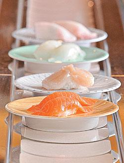▲鮭魚/40元(第一盤)台灣人最愛的鮭魚口味,在高玉用的不多,但在小高玉卻名列熱銷排行榜。 ▲干貝/120元(第二盤)一整顆日本進口大干貝,就做成一個壽司,軟中帶點脆,有豐富海味。攝影  王英豪