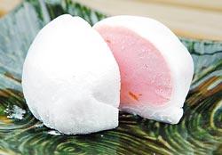 ▲番路農會推出的柿柿圓滿冰品,是用麻糬包裹冰淇淋,冰淇淋裡還有柿餅纖維。攝影  許正宏