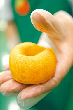 6.捻壓▲第4天必須壓捏做造型,有如幫柿子做SPA。攝影  許正宏