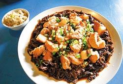 ▲適合配飯的菜乾燜東坡肉,使用自家種的高麗菜做菜乾。攝影  王錦河