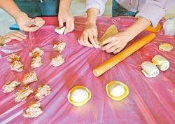 ▲遊客作芋頭酥DIY,往往一邊做一邊偷吃芋頭餡料。攝影  王錦河