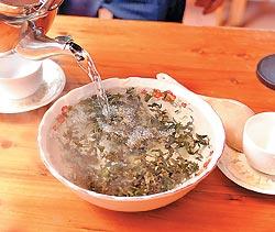 ▲包種茶在碗公中翻滾,有個好聽的名字叫龍鳳茶。攝影  王英豪