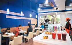 ▲可東以藍白為裝潢的主色調,店面雖不大,但鄰近師大校園,開不到兩個月,生意好得不得了。攝影  劉宗龍