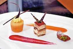 ▲甜點由左至右分別是:拿坡里田酒巴巴、提拉米蘇、西西里坎諾利。攝影  王英豪