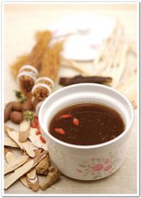 利用薑、紅糖等傳統的湯方,對於促進血液循環和暖身很有幫助,而氣溫降低大部分人都會減少水分的攝取,也可以藉由喝茶暖身的機會多補些水分。