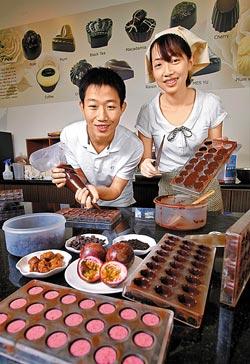 ▲徐惠琳、詹君毅是情侶也是合作夥伴,兩人濃情蜜意手製的巧克力香濃滑口,好吃極了。攝影  陳信翰