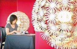 ▲餐廳裡的白色繡球花燈飾是落腳花蓮的荷蘭藝術家創作,有了這不俗的燈飾,讓空間變得好純情。攝影  范揚光