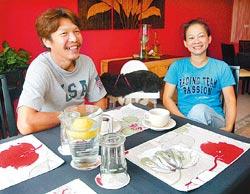 ▲林河弘的事業伙伴余玉萍專長是烹飪,兩人各有專長,打造「靠」系列民宿溫馨氛圍。攝影  范揚光