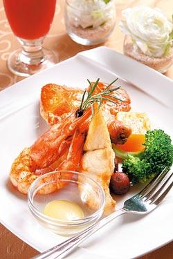 海陸三拼/單點320元、套餐439元▲鮮甜的明蝦、香嫩的圓鱈和外酥內嫩的雞腿組合,將主廚的拿手廚藝展露無遺。攝影  楊為仁