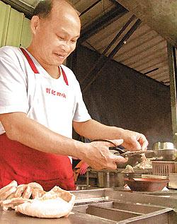▲南昌街2段2巷裡的劉記四神湯,第二代老闆劉福中每天用剪刀剪出一碗碗的美味。攝影  王瑞瑤
