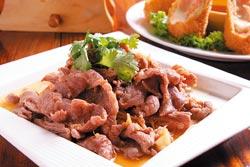 涼拌羊肉/180元▲羊肉片肉質鮮嫩沒騷味,吃的時候配薑絲一起入口,味道更棒。攝影  楊為仁