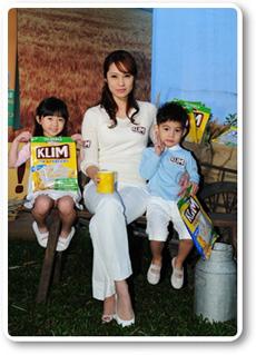 洪百榕代言「克寧3合1純濃牛奶麥片」賺健康比老公多