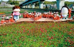 「花媽」也來助陣▲苗栗通霄160公頃的花海迎賓,令人心曠神怡,就連熱門的「花媽」和「橘子」也來助陣造勢。攝影  陳慶居