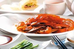 片鴨▲片下來的烤鴨,每片厚度及大小幾乎一樣,方便客人一口食用。攝影  鄭夙玲