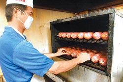 ▲手工炭烤約160分鐘期間,要不斷轉爐內火腿,使其受熱平均。攝影  范揚光