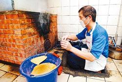 ▲製作末段要用檜木屑煙燻50分鐘,才能製作口感獨特的郭火腿。攝影  范揚光