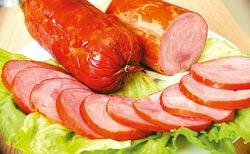 ▲一條條油亮的火腿,讓人食指大動。瞧那火腿剖面,顏色深淺不一,果然是用肉片製成,口感紮實有彈性,好吃極了。攝影  范揚光