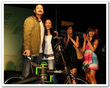 馬修連恩與老婆Daisy雙雙首次連袂為即將上市的環保商品「db0電動摺疊自行車」代言