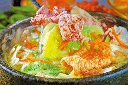 牛肉石頭鍋/120元▲蔬菜高湯搭配新鮮蔬菜、冬粉及醃製牛肉一起熬煮,湯頭溫潤。攝影  鄭夙玲