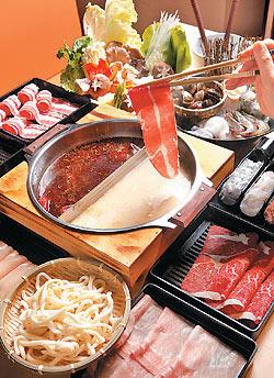 ▲麻辣一村有多達9種現點現切的肉片,吃得到新鮮和品質。攝影  高政全