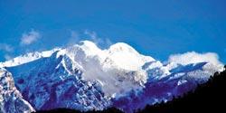 白雪皚皚 金光閃閃▲寒流來襲,這時候到觀霧可以看到雪山聖稜線已經變成銀色世界了。攝影  陳權欣