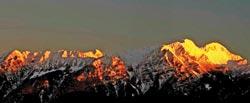 如果幸運,在傍晚時分,可以在觀霧看到傳說中的黃金聖稜線。攝影  陳權欣