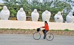 ▲峨眉環湖單車路線會經過天恩彌勒佛院,會看到彌勒佛多樣的表情。攝影  劉宗龍