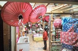 ▲歇心茶樓可以買到多樣的客家伴手禮,有從北到南的客家精選禮品。攝影  劉宗龍