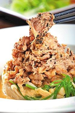 水蓮霜降牛肉小份380元+10%▲拿特別調製的日本胡麻醬提味,一上桌就香氣四溢,口感更是滑嫩香濃。攝影  鄭夙玲