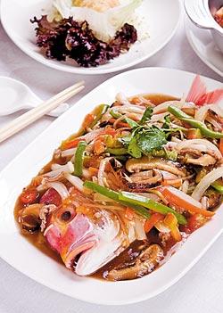 五柳支赤魚宗/時價▲加入多樣的蔬菜作為配料,以烏醋的酸香作為主味,傳統的料理手法讓一條鮮魚搖身一變成為口感豐富的燴菜。攝影  趙雙傑