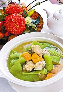 刈菜地瓜雞湯/880元+10%▲嫩綠的刈菜,黃橙橙的地瓜,澄清的湯色,是一道外形誘人、味道也很正點的溫暖湯品。攝影  趙雙傑