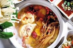 粵式茶樹菇雞煲/260元▲廣東流行煲鍋,湯頭帶點酒香又有茶樹菇的清香。攝影  鄭夙玲