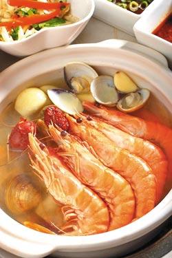 香蒜蛤蜊蝦煲/320元▲整顆蒜頭加上蛤蜊與藍鑽蝦烹煮煲鍋,湯頭清甜不油膩。攝影  鄭夙玲