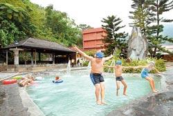 ▲知本溫泉多天寬地闊的大眾水療設施,很適合親子一同優遊。攝影  鄧博仁